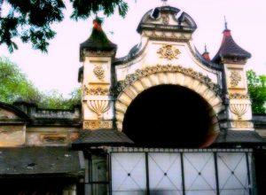 పనిచేస్తున్న సంస్థ స్థలానికే శఠగోపం.. రూ. 300కోట్లు కాజేసిన ఉద్యోగులు