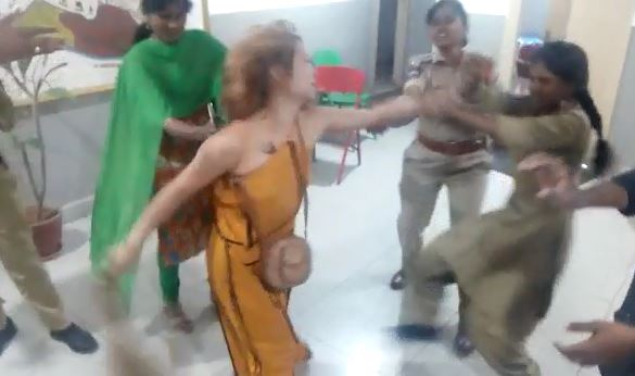 హైదరాబాద్ బంజారాహిల్స్ పీఎస్లో యువతి హల్చల్..!